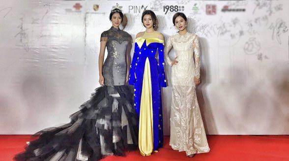 余薇薇亮相世界小姐安徽总决赛,一袭蓝色长裙小露香肩,时尚感爆棚