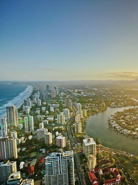 黄金海岸是澳大利亚昆士兰州第二大城市, 除了举世闻名的绵长沙滩,还有宁静优美的 城市风景和生机盎然的亚热带雨林