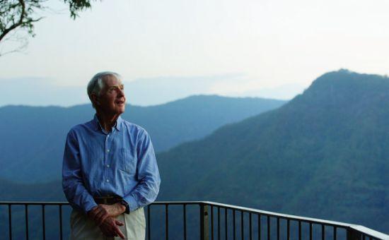 耄耋之年的彼得老先生站在夕阳下望着远处的飞鸟