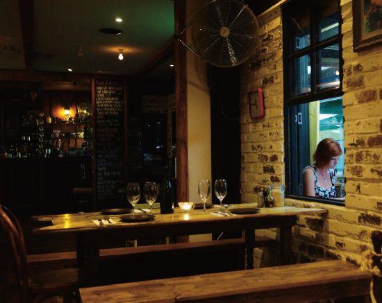 酒吧的常客多是衣着时尚的年轻人,在这样隐蔽 而充满惊喜的环境里,客人能获得美食和轻松欢愉的双重体验